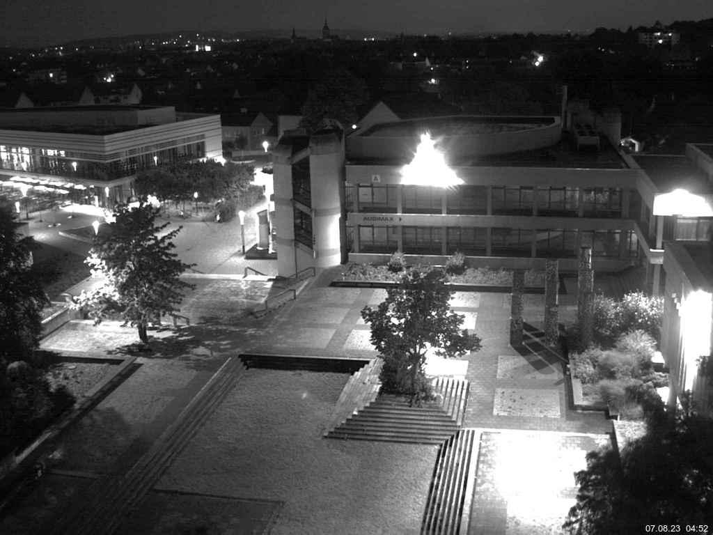 Foto der Webcam: Verwaltungsgebäude, Innenhof mit Audimax im Hintergrund, Hörsaalgebäude
